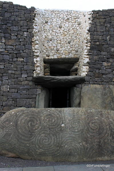 Newgrange 2013-017 Entrance to the tomb