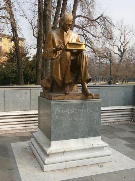 768px-Monument_to_Indro_Montanelli_-_Monumento_a_Indro_Montanelli_-_Giardini_Porta_Venezia_-_Milano_-_01