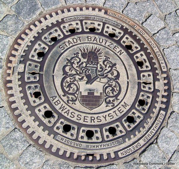 1-1086px-Kanaldeckel_mit_Wappen_von_Bautzen