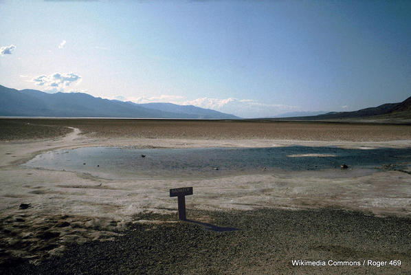1-1024px-Death_Valley,19820817,Badwater,lowest_point_in_the_USA