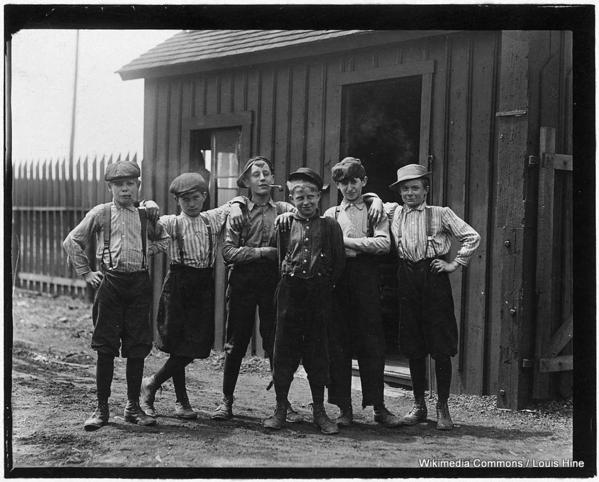 955px-Noon_hour_at_Obear-Nestor_Glass_Co._All_these_boys_are_working_at_the_glass_works._East_St._Louis,_Mo._-_NARA_-_523297-001