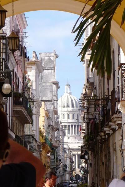 Through the narrow streets of central Havana, one can see El Capitolio, once home to Cuba's government. This striking building resembles the US Capitol in Washington, reminding people of the cosy old times between the USA and its Carribean neighbour.