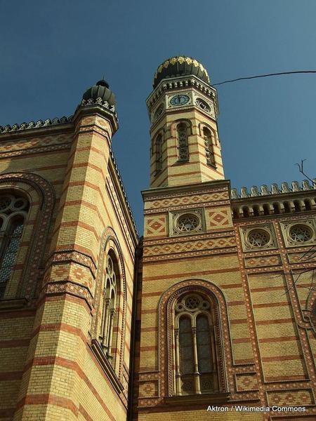 768px-Budapešť,_Erzsebetváros,_synagoga,_věž