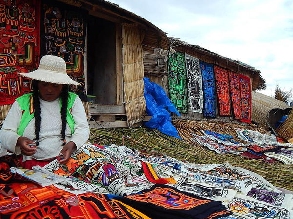 Women selling souvenirs, Uros Island, Lake Titicaca. Courtesy Yoli Marcela Hernandez and Wikimedia