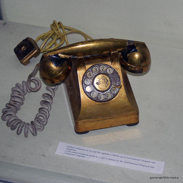 1024px-Gold_coated_telephone_batista_gomerab