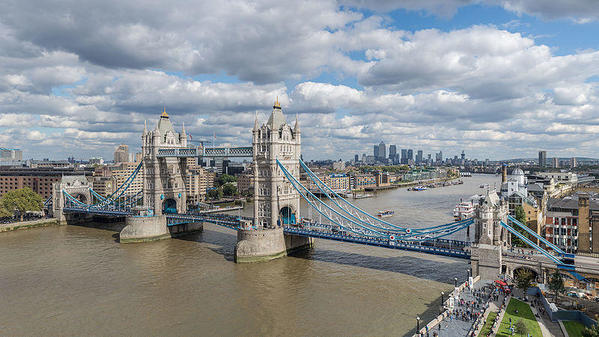 Tower_Bridge_from_London_City_Hall_2015-Colin