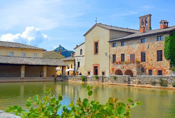 Bagno vignoni ancient bath modern spa travelgumbo - Adler bagno vignoni day spa ...