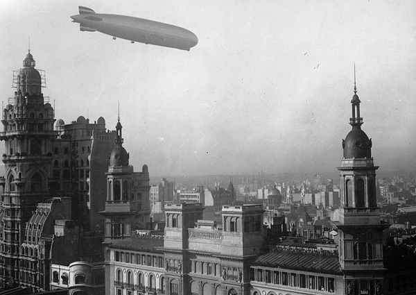 Graf_Zeppelin_Palacio_Barolo_30_de_junio_de_1934. Courtesy Wikimedia and National Archives of Argentina
