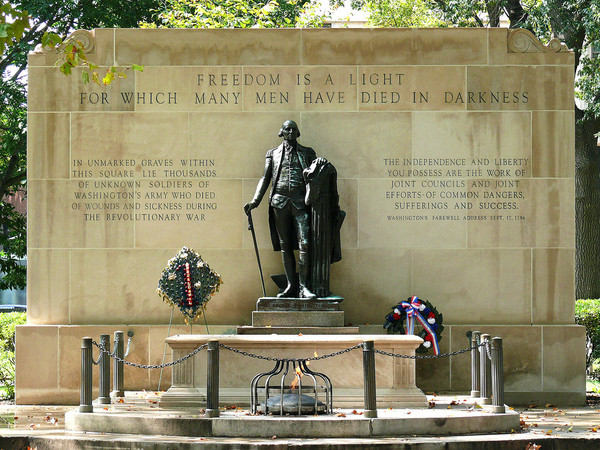 1280px-Tomb_of_the_Unknown_Revolutionary_War_Soldier-27527