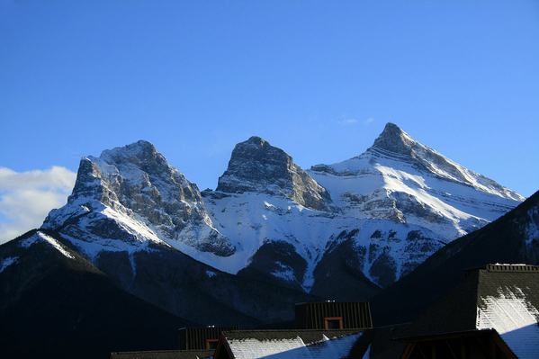 1280px-Three_Sisters_Rockey_Mountains_Canmore
