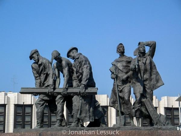 Leningrad memorial statue 1