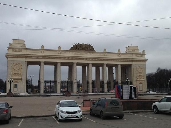 1024px-Moscow,_main_portal_of_Gorky_Park_[1)