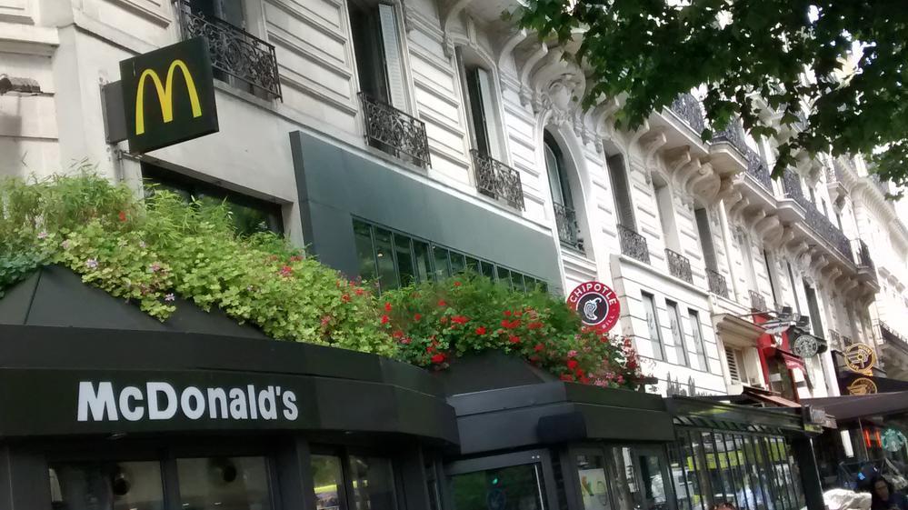 """""""Americans"""" in Paris"""