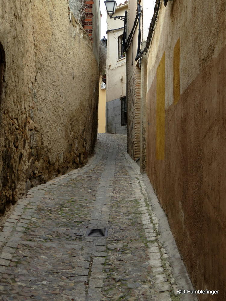 """Kissing"" lanes -- where walls almost touch, in Toledo"